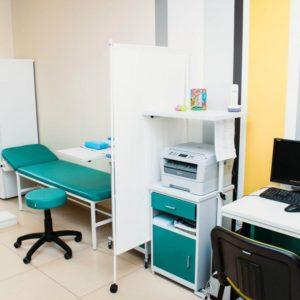 Кушетки, ширмы и столики в процедурный кабинет