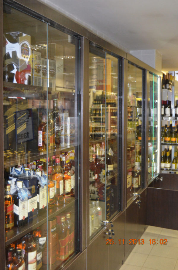Шкаф для дорогого алкоголя со стеклянными дверцами LD 003-CT в Казани по цене 41382 руб