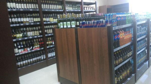 Островной стеллаж для алкоголя с декоративными накладками из массива