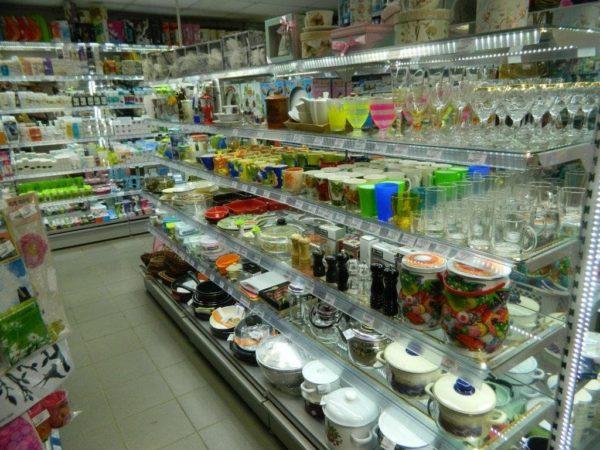 Стеллаж для магазина со стеклянными полками